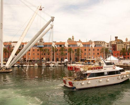 Vista di Genova Porto Antico - Battello Genova Cinque Terre - Golfo Paradiso